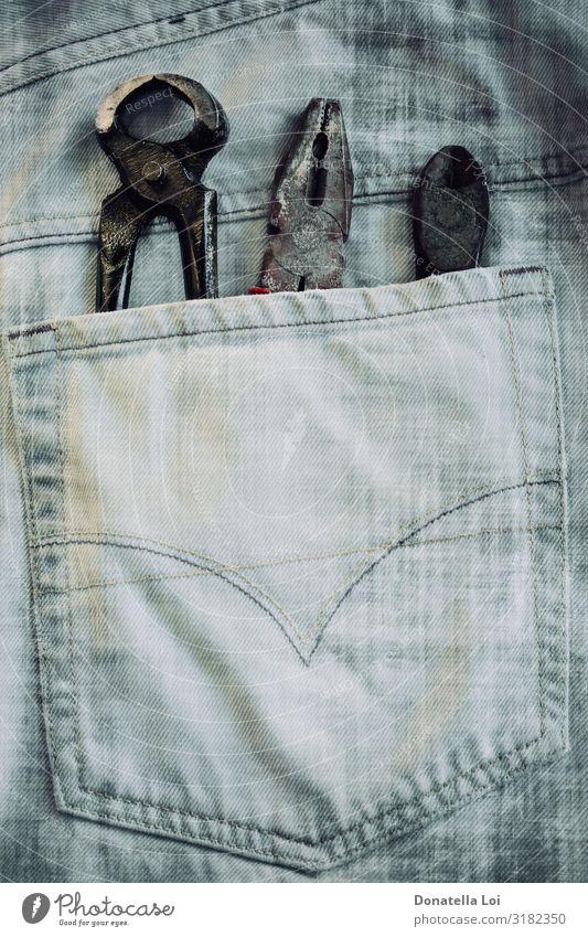 Drei Werkzeuge an der Tasche Freizeit & Hobby Arbeit & Erwerbstätigkeit Beruf Baustelle Mann Erwachsene Jeanshose geheimnisvoll Präzision Teamwork Zange