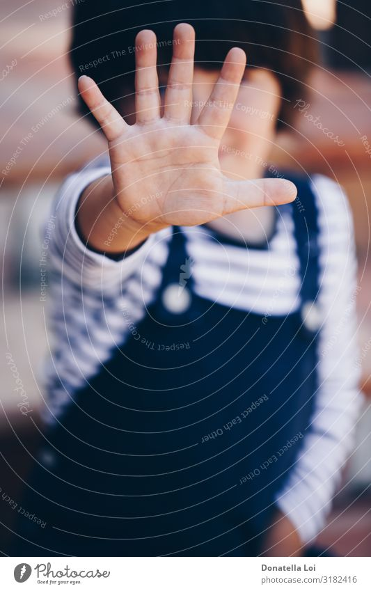 Kleiner Junge mit offener Hand Kind Kleinkind Mann Erwachsene Kindheit Finger 1 Mensch 3-8 Jahre trotzig braune Haare lässig Kaukasier Entwurf abgedeckte Fläche