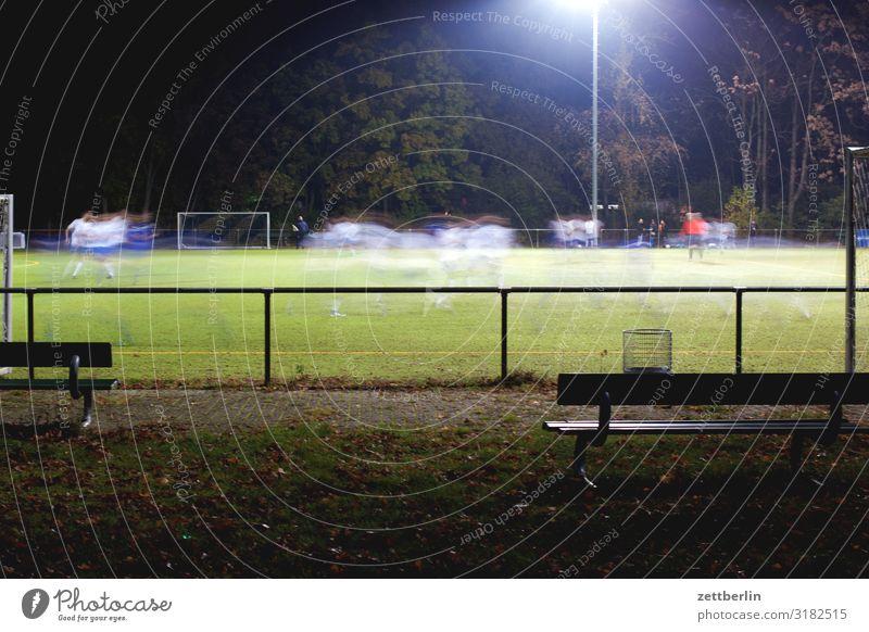 Fußball Abend dunkel Flutlicht Liga regionalliga Spielen Sport unterklasse Ballsport massensport breitensport Bewegungsunschärfe Bank Publikum Sportrasen Feld