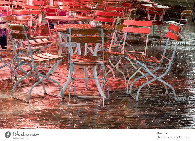 Das lange Warten auf Gäste Bier Wein Regen Stadtzentrum Altstadt Menschenleer Kopfsteinpflaster warten braun rot schwarz silber Tisch Stuhl Biergarten nass