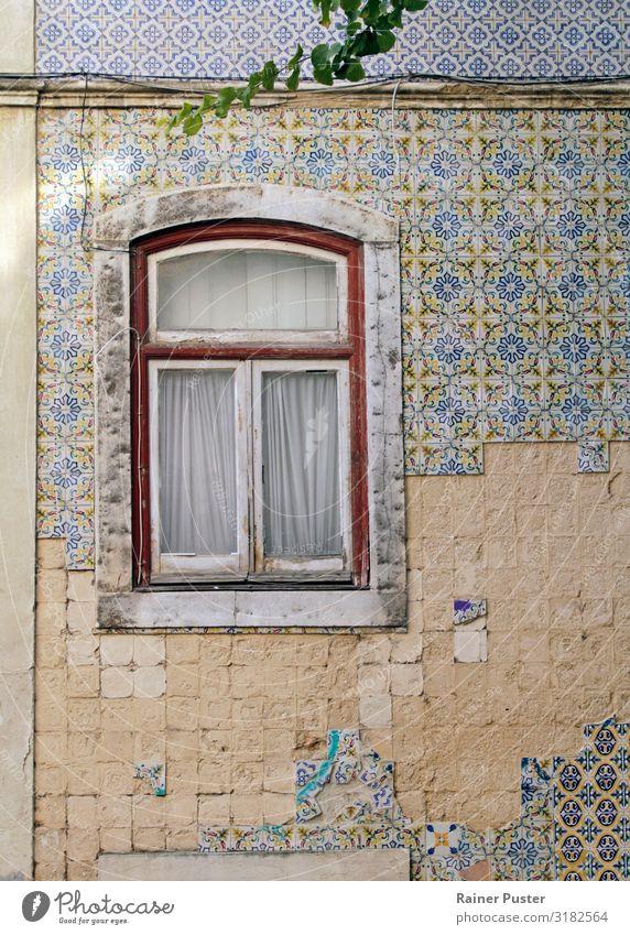 Fenster an verwitterter Wand mit Kacheln in Lissabon Städtereise Portugal Stadtzentrum Altstadt Mauer Fassade Fliesen u. Kacheln Stein Glas retro mehrfarbig