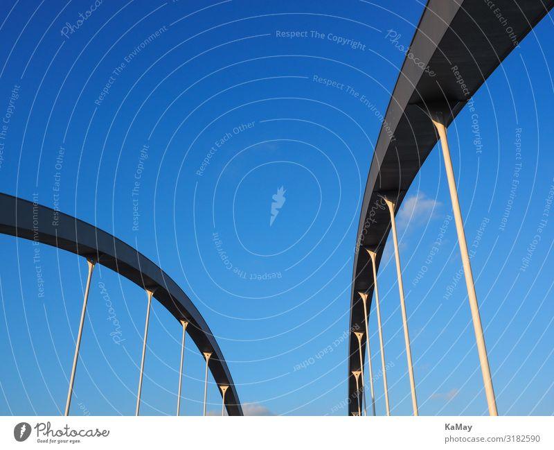 Brückenbögen abstrakt vor blauem Himmel Architektur Deutschland außergewöhnlich paarweise Metall modern Europa ästhetisch Perspektive Bauwerk Surrealismus
