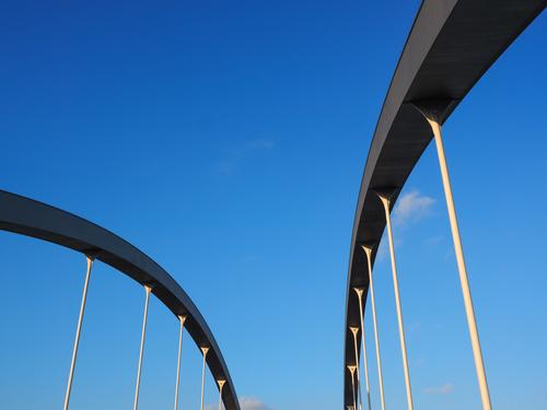 Brückenbögen abstrakt vor blauem Himmel Deutschland Europa Bauwerk Architektur außergewöhnlich modern ästhetisch Perspektive Surrealismus Dynamik Bogenbrücke