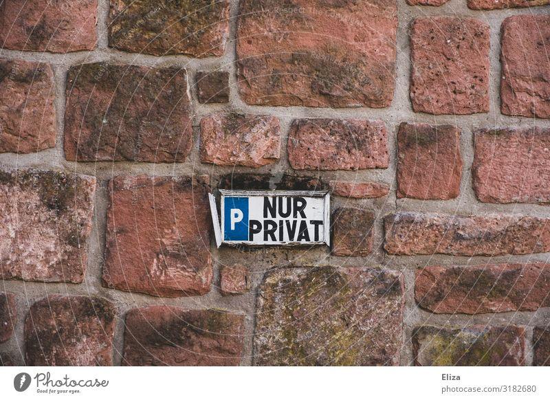 Nur privat Mauer Verbote Parkverbot privatparkplatz parken Backsteinwand Regel Parkplatz Schilder & Markierungen Verkehr Gedeckte Farben Außenaufnahme