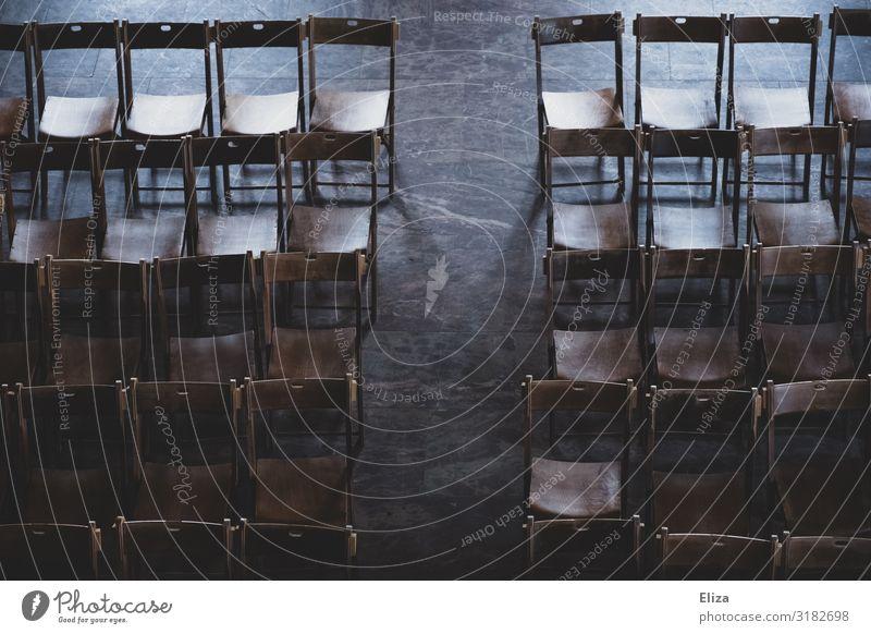 davor oder danach Stuhl Business Pause Religion & Glaube stagnierend Symmetrie Stuhlreihe Sitzung Hochzeit Publikum Konferenzsaal Saal Menschenleer ruhig Ende