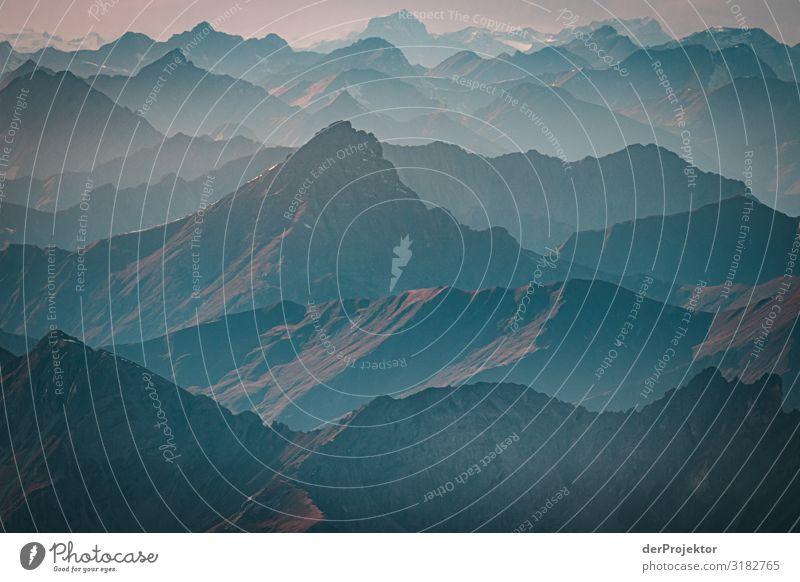Blick von der Zugspitze über die Alpen Panorama (Aussicht) Totale Zentralperspektive Starke Tiefenschärfe Kontrast Schatten Licht Tag Textfreiraum oben