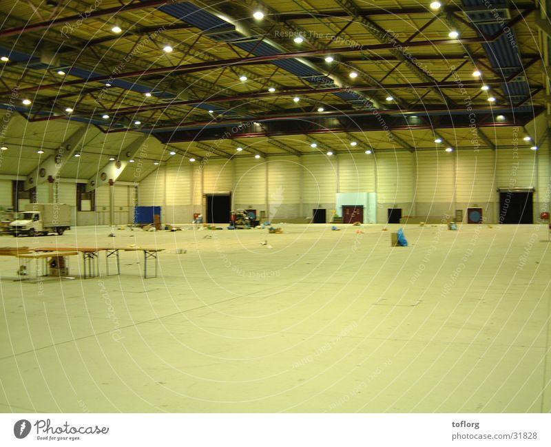 Messenachwirkung Architektur Lagerhalle stehen Aufräumarbeiten Messehalle leer Demontage