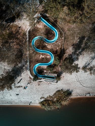 Blaue Seeschlange :: Wasserrutsche in der Nebensaison Ferien & Urlaub & Reisen blau Landschaft Einsamkeit Strand Herbst Umwelt Sport Tourismus Spielen