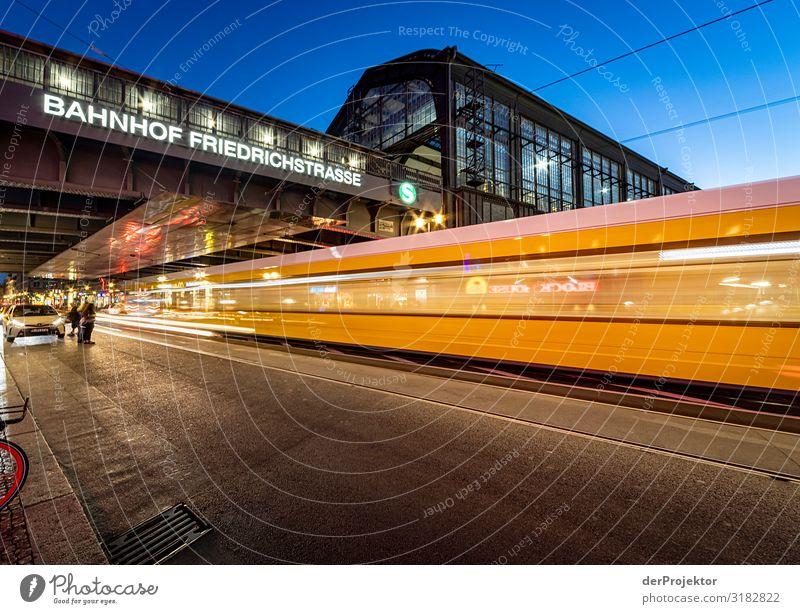 Nachtzug am Bahnhof Friedrichstraße Ferien & Urlaub & Reisen Tourismus Ausflug Sightseeing Städtereise Stadtzentrum Bauwerk Gebäude Architektur Sehenswürdigkeit