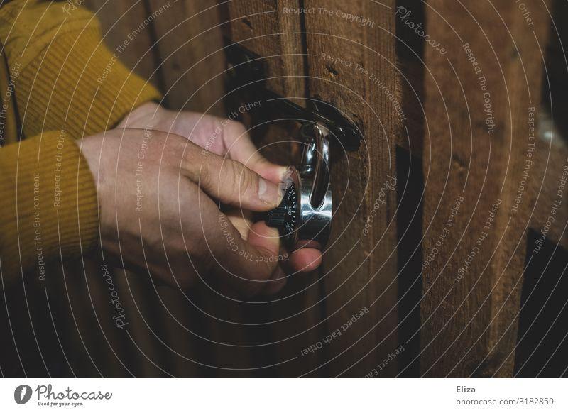 Hinter Schloss und Riegel maskulin Hand Sicherheit zahlenschloss aufmachen Keller Kellertür Kellerschlüssel schließen Einbruch Einbruchsicher zahlenkomination