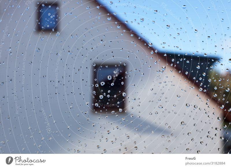 nach dem Regen Sonne Haus Fenster Fassade Wetter Glas Wassertropfen nass Hoffnung Tropfen