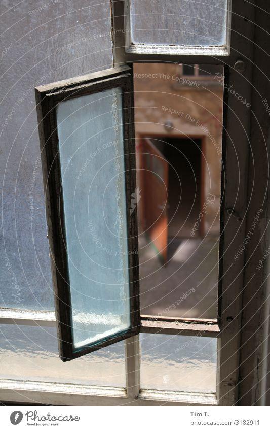 Fenster zum Hof Prenzlauer Berg Stadt Hauptstadt Stadtzentrum Altstadt Menschenleer Haus Bauwerk Gebäude Tür Vergangenheit Vergänglichkeit Häusliches Leben