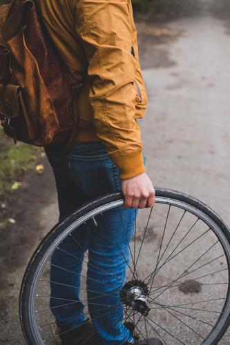 Mann mit Rad Mensch Jugendliche Junger Mann 18-30 Jahre Erwachsene Herbst Wege & Pfade maskulin Fahrrad Umweltschutz Reifen Radrennen Fahrradreifen