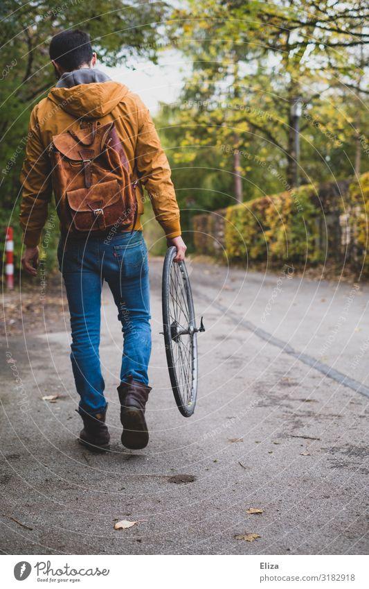 Fahrrad kaputt maskulin Junger Mann Jugendliche Erwachsene 18-30 Jahre 30-45 Jahre gehen Wege & Pfade Fahrradreifen Reparatur Reifenpanne Teile u. Stücke