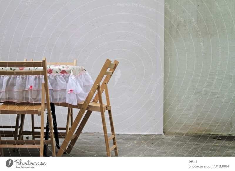 Tischlein, deck dich. Ernährung Häusliches Leben Möbel Mauer Wand retro Sauberkeit Gastfreundschaft Einsamkeit Freundschaft stagnierend Surrealismus Stuhl