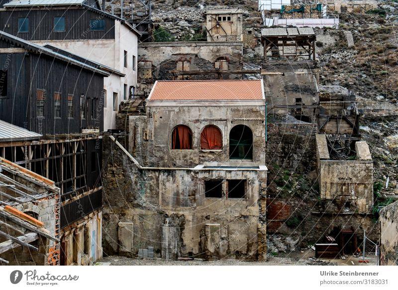 Verlassenes Bergwerk in Argentiera Sardinien Abbau Silberbergwerk Erzbergwerk verlassene Orte historisch alt aufgegeben verfallen Verfall Geschichte Gebäude