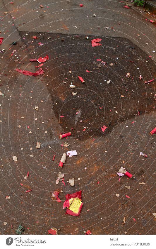 Was von Silvester übrig bleibt. Lifestyle Feste & Feiern Silvester u. Neujahr Umwelt Verkehrswege Straße Wege & Pfade dreckig unten Stadt Verantwortung achtsam