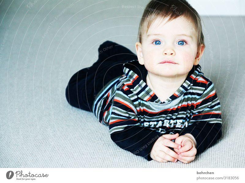 und, was passiert heute? erwartungsvoll aufmerksam neugierig Neugier beschützen Vertrauen Kind Sohn krabbeln staunen blaue augen Baby Kindheit