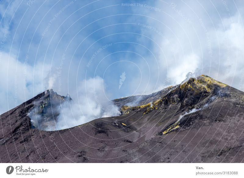 Krater Natur Landschaft Urelemente Himmel Wolken Sommer Schönes Wetter Felsen Gipfel Vulkan Ätna Kraterrand Schwefel Rauchen bedrohlich blau grau weiß Farbfoto