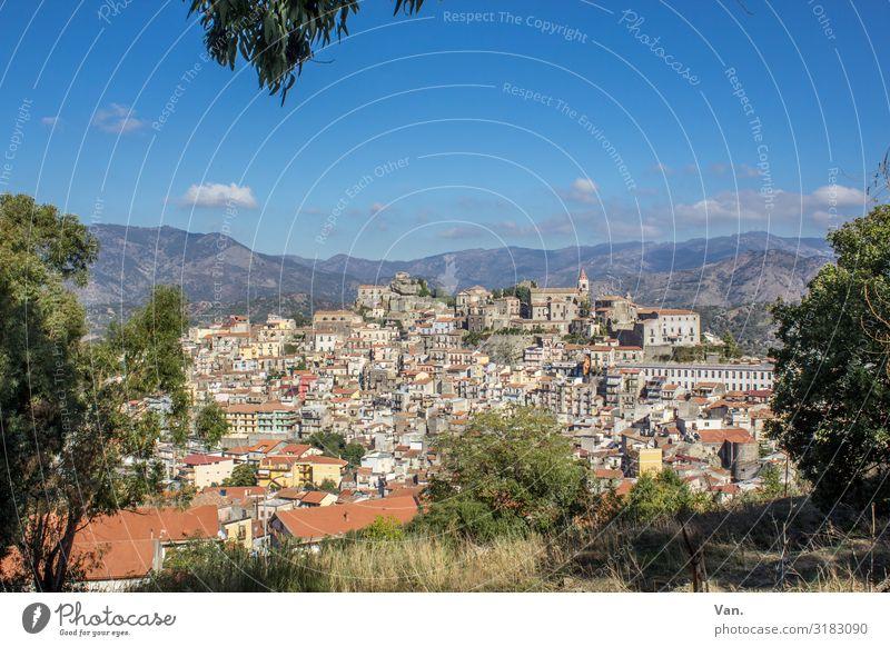 Sizilianisches Bergdorf Castelbuono Stadt Dorf Sizilien Häuser Wohnsiedlung Bäume Natur Landschaft Himmel blau Schönes Wetter Sommer Urlaub reisen Berge