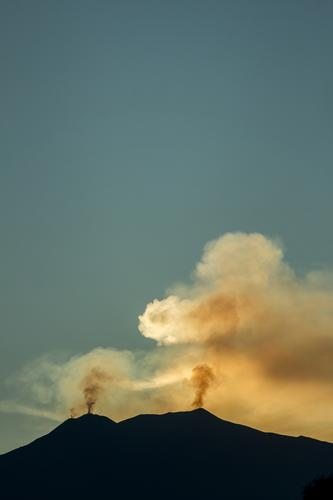Rauchentwicklung Natur Himmel Wolkenloser Himmel Herbst Schönes Wetter Berge u. Gebirge Gipfel Vulkan Ätna Sizilien blau gelb gold schwarz Ausbruch Eruption