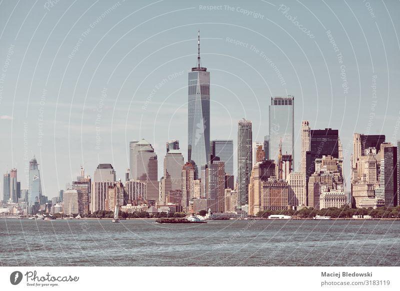 Die Skyline von New York City an einem sonnigen Tag, USA. kaufen Reichtum Ferien & Urlaub & Reisen Sightseeing Städtereise Sommer Büro Himmel Fluss Hochhaus