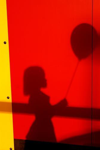 Mein Luftballon Kind Mensch rot Mädchen schwarz Wärme gelb feminin hell Kindheit Fröhlichkeit
