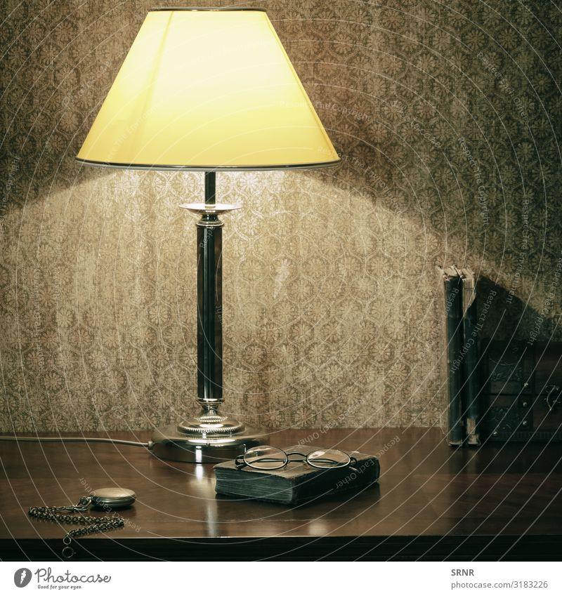 Schrank Stillleben Lampe Uhr Schreibtisch Tisch Buch Bibliothek Brille alt beobachten retro antik Antiquität Schreibtischlampe elektrisches Licht Elektrizität
