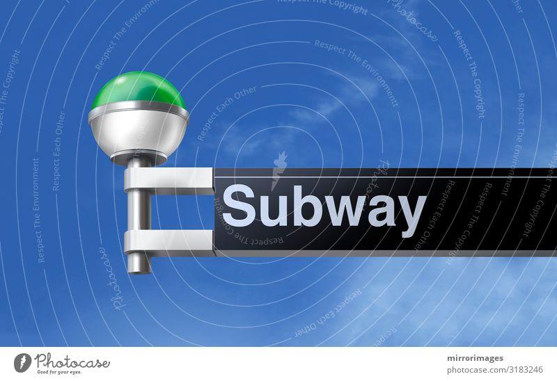 den Blick auf ein modernes grün-weiss globales U-Bahn-Schild mit blauem Himmel in New York City Verkehr Eisenbahn unterirdisch Kugel Linie Globus neu retro