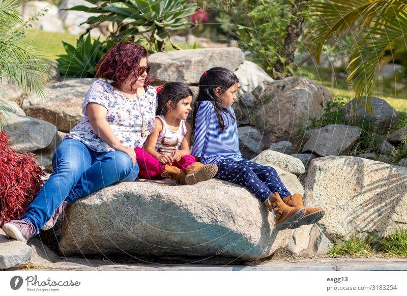 Niedliche Familie von Mutter und Töchtern im Garten Lifestyle Freude Glück schön Gesicht Feste & Feiern Kindererziehung Mensch feminin Kleinkind Mädchen Frau