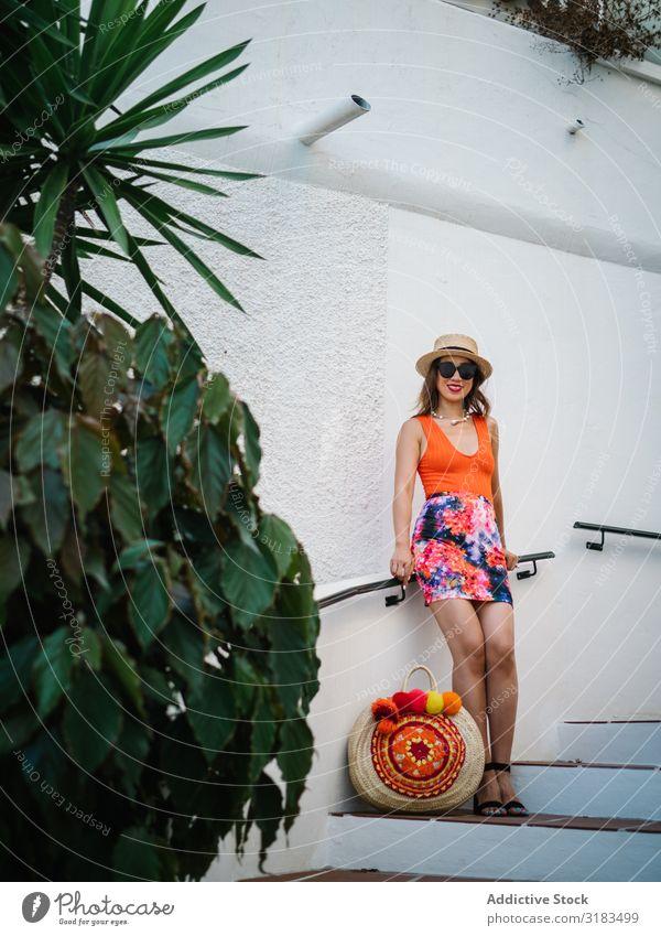 junge elegante chinesische frau im mediterranen szenario Chinese Frau Panamahut Beautyfotografie sitzen Treppe Blatt