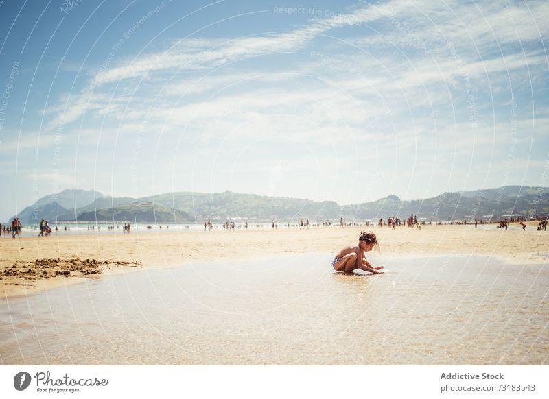 kleines Mädchen am Meer Strand Familie & Verwandtschaft Kind platschen Freude Sommer Glück Ferien & Urlaub & Reisen Wasser Mensch Lifestyle Spielen Natur Sonne