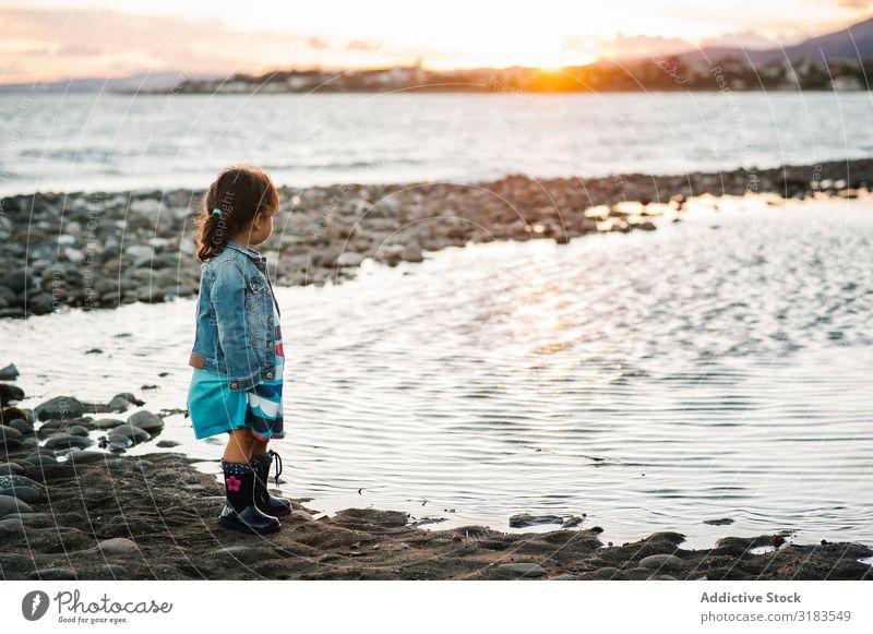 kleines Mädchen am Strand Kind Sonnenuntergang Silhouette stehen Meer Freiheit Sommer Lifestyle Ferien & Urlaub & Reisen Mensch Freude Fröhlichkeit Liebe