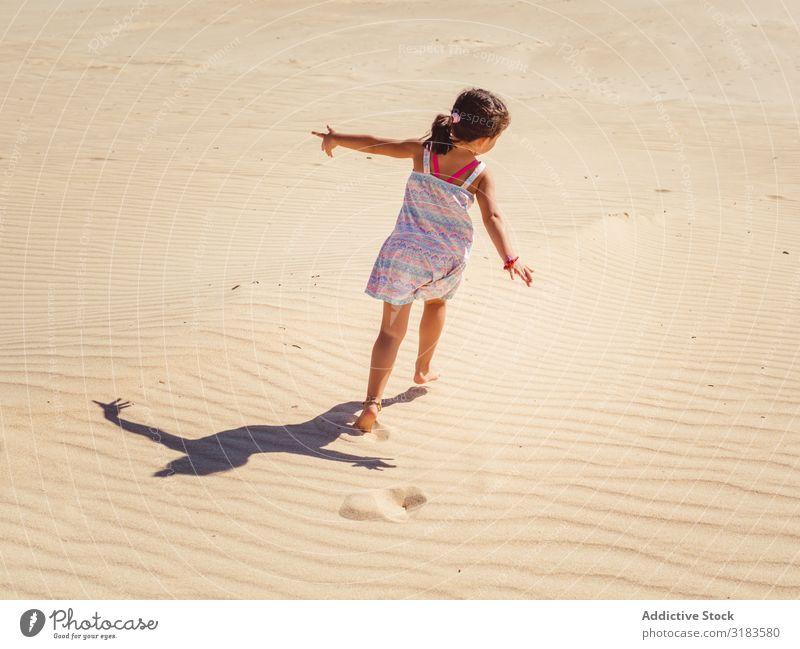 Süßes kleines Mädchen spielt mit Sand am Strand. Kind Spielen Sommer niedlich Ferien & Urlaub & Reisen Meer Jugendliche Außenaufnahme schön Glück Kindheit