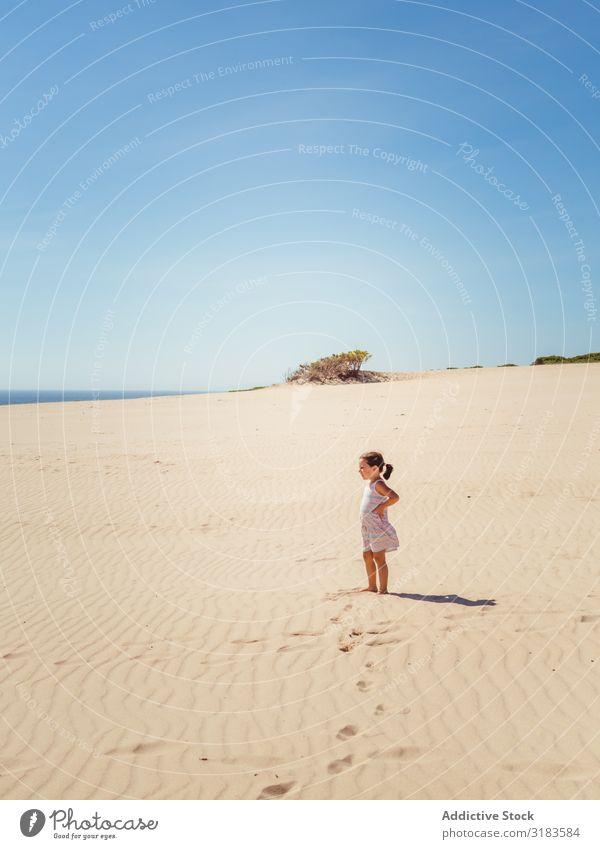 Süßes kleines Mädchen, das an der Sanddüne steht. Strand Kind Spielen Sommer niedlich Ferien & Urlaub & Reisen Meer Jugendliche Außenaufnahme schön Glück
