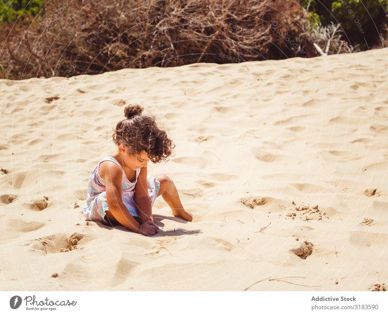 Süßes kleines Mädchen spielt mit Sand am Strand. laufen Kind Spielen Sommer niedlich Ferien & Urlaub & Reisen Meer Jugendliche Außenaufnahme schön Glück