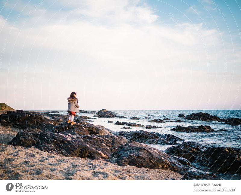 Rückansicht des kleinen Mädchens mit Blick auf das Meer Strand Aussicht Freiheit Rücken reizvoll Sommer stehen Kind Sand Wasser Ferien & Urlaub & Reisen weiß