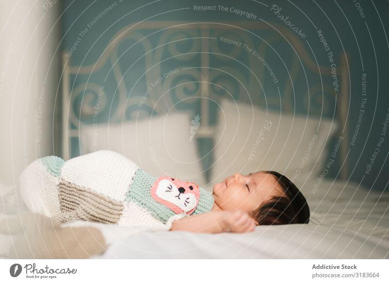 Süßes Baby schläft auf dem Bett schlafen Decke geschlossene Augen heimwärts Geborgenheit gemütlich Wärme weich klein Kind lügen neugeboren niedlich süß Erholung