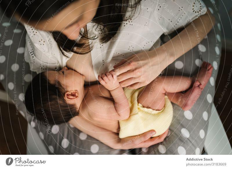 Mutter füttert Baby zu Hause stillen heimwärts umarmend saugen Fürsorge neugeboren Liebe Kind Eltern klein Frau Umarmen Bonden Angebot harmonisch Idylle