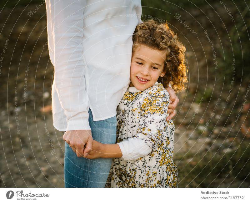 Mutter mit ihrer Tochter am Strand Familie & Verwandtschaft Seeküste Ferien & Urlaub & Reisen Kind Lächeln Umarmen Frau mittleren Alters Mädchen Zusammensein
