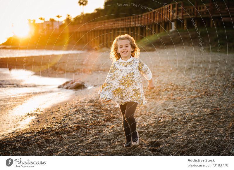 Porträt eines süßen kleinen Mädchens am Strand Kind Natur niedlich Freude schön Glück Kindheit Sommer Jugendliche Lifestyle Fröhlichkeit reizvoll Frau Mensch