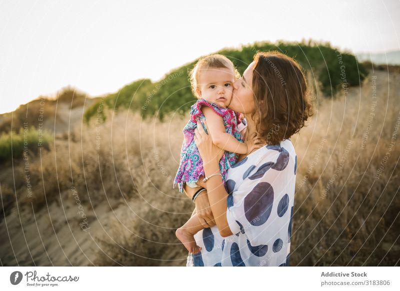 Mutter mit Kind Frau Halt Sohn Strand Seeküste Sand Ferien & Urlaub & Reisen Meer Sommer Wasser Zusammensein Küste Natur Landschaft Tourismus schön