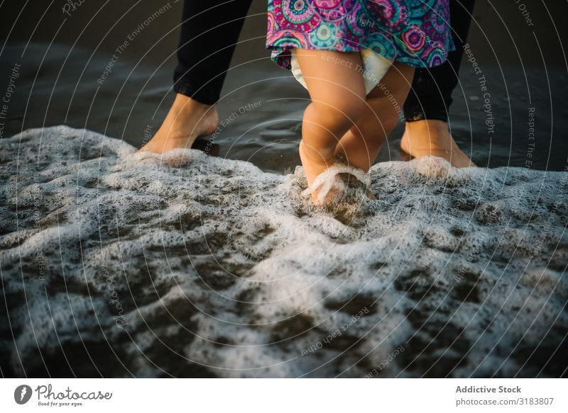 Mutter mit laufendem Kind Frau Sohn Strand Sand beobachten Ferien & Urlaub & Reisen Meer Sommer