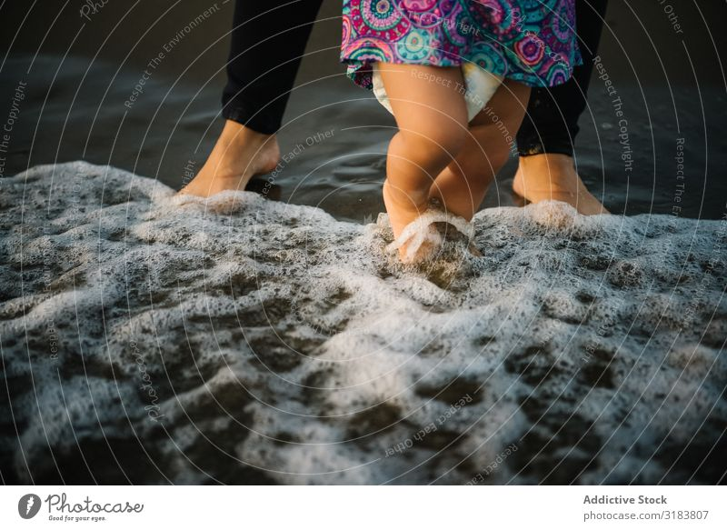 Mutter mit laufendem Kind Frau Sohn Strand Seeküste Sand beobachten Ferien & Urlaub & Reisen Meer Sommer Wasser stehen Zusammensein Meeresufer Küste Natur