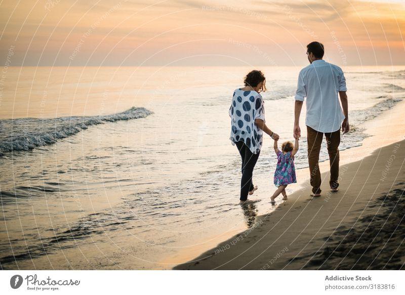 Familienwanderung am Strand Familie & Verwandtschaft laufen Paar Seeküste Ferien & Urlaub & Reisen Eltern Sohn Meer Sommer Sand Wasser Kind Freude Zusammensein