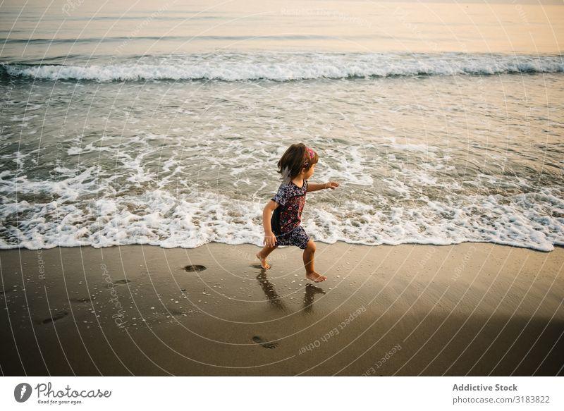 Kind auf dem Weg ins Meer an der Küste Mädchen Wasser Schaum Sand platschen lustig gehen Strand Freude Fröhlichkeit Sommer Natur Freizeit & Hobby Aktion