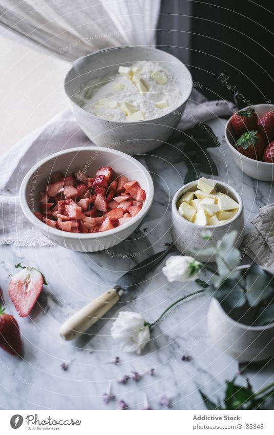 Zutaten für Erdbeergebäck Backwaren Küche Erdbeeren Mehl Butter kochen & garen Vorbereitung Tisch Marmor kulinarisch Rezept frisch Beeren Frucht geschnitten