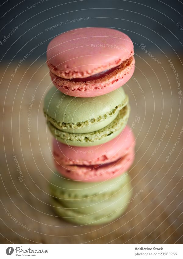 leuchtend frische, leckere Makronenkekse auf Holzbrettern Haufen Macaron mehrfarbig Anhäufung Biskuit Holzplatte geschmackvoll rosa Plätzchen hell Geschmack
