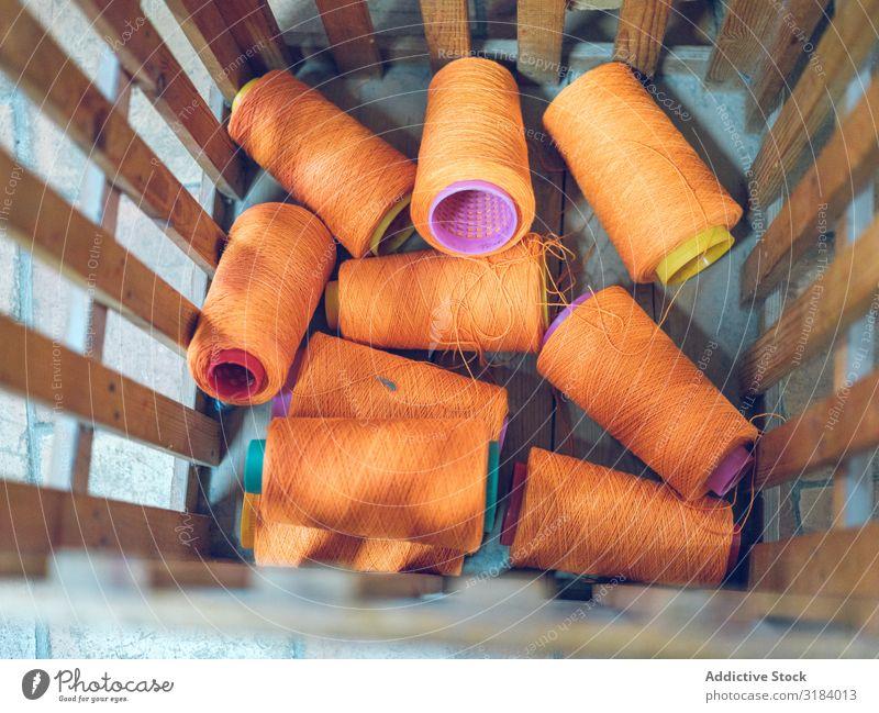 Behälter mit Garnrollen Faser Spulen Container Fabrik Haufen Orange Farbe Textil Baumwolle Handwerk Freizeit & Hobby Schneider Industrie Nähen Stoff Material
