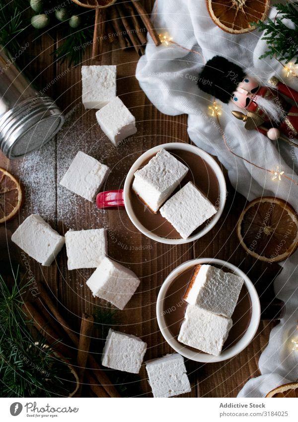 Gewürze und Dekorationen in der Nähe von heißer Schokolade mit Marshmallows Kakao Weihnachten & Advent Dekoration & Verzierung Zitrusfrüchte Zimt Tradition